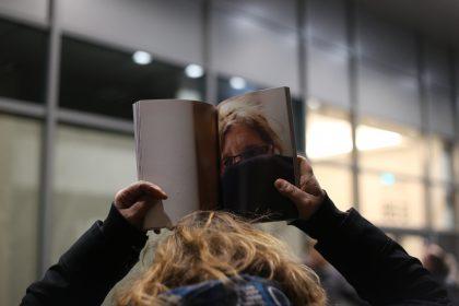 Die Bücher sind da. Wir haben sie an die Menschen, die wir porträtiert haben, verteilt.